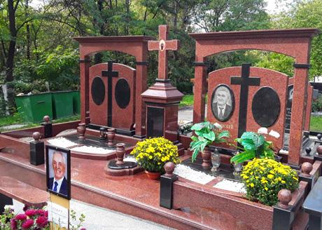 уборка могил на кладбище в Киеве